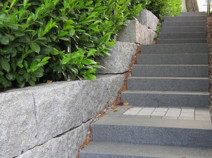 Treppe Naturstein Granit Basalt Blockstufe