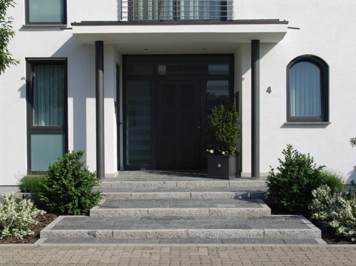 Eingangsbereich Treppe Granit Basalt modern