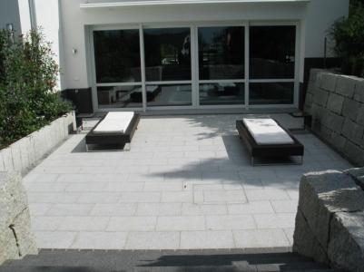 Terasse Liegefläche Granitplatten Mauern Tiefhof