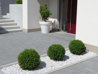 Eingangsbereich modern Granittreppen Betonpflaster anthrazit