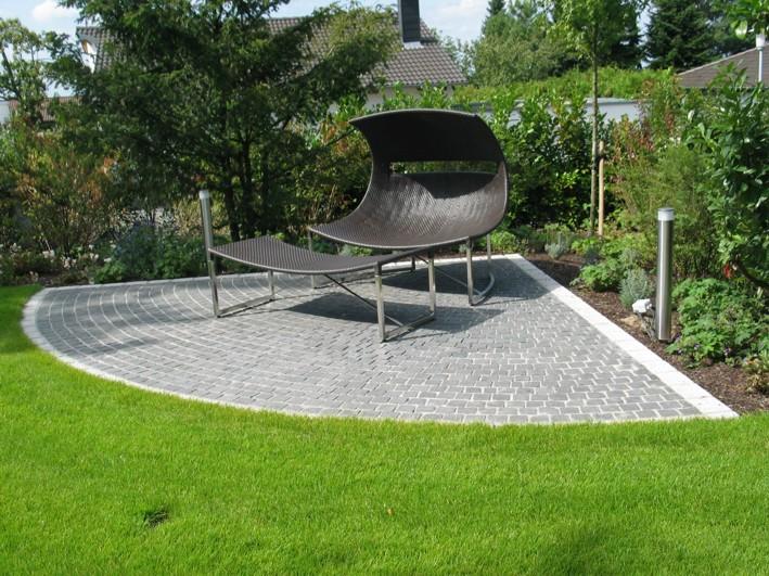 Liegeplatz Sitzplatz modern Basaltpflaster Garten